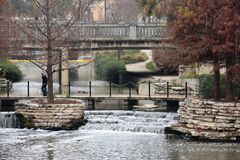 Cascade sur le San Antonio Riverwalk photo libre de droits