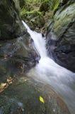 Cascade sur une rivière de montagne avec des falaises Photos libres de droits