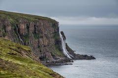 Cascade tombant dans la mer Islande Photographie stock