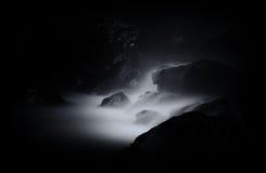 Cascade tombant sur des roches Photographie stock
