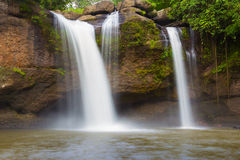 Cascade tropicale en parc national profond Photographie stock libre de droits