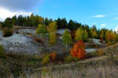 Cascade van kalksteenheuvels met bomen met de herfstgebladerte dat worden behandeld royalty-vrije stock fotografie