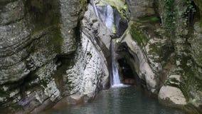 Cascade van mooie watervallen stock video