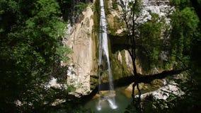 Cascade van mooie watervallen stock footage