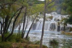Cascade van watervallen Skradinski Buk in Nationaal Park Krka in Kroatië royalty-vrije stock fotografie