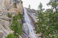 Cascade vernale en parc national de Yosemite en Californie, Etats-Unis Photographie stock libre de droits