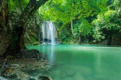 Cascade verte et propre pour la relaxation, cascade d'Erawan photos stock