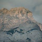 Cascadeberg in vroeg ochtendlicht tijdens zonsopgang in Banff royalty-vrije stock afbeelding