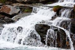 Cascades à écriture ligne par ligne alpestres Image libre de droits