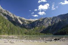 Cascades à écriture ligne par ligne au lac avalanche Image stock