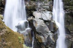 Cascades à écriture ligne par ligne avec de grandes roches Photos libres de droits
