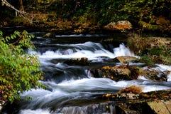 Cascades à écriture ligne par ligne circulantes Photos libres de droits