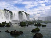 Cascades à écriture ligne par ligne d'Iguacu Image stock