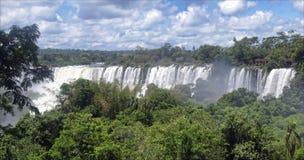 Cascades à écriture ligne par ligne d'Iguassu en cadre du Brésil Argentine Photo libre de droits