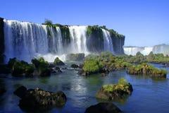 Cascades à écriture ligne par ligne d'Iguazu image stock
