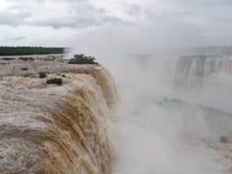 Cascades à écriture ligne par ligne d'Iguazu photos libres de droits
