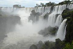 Cascades à écriture ligne par ligne d'Iguazu - Argentine Photos stock