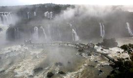 Cascades à écriture ligne par ligne d'Iguazu, Brésil, Argentine photographie stock libre de droits