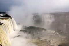 Cascades à écriture ligne par ligne d'Iguazu, Brésil, Argentine photographie stock