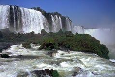 cascades à écriture ligne par ligne d'iguazu du Brésil images libres de droits