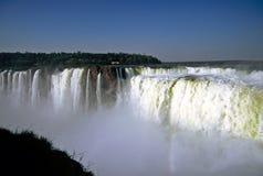 cascades à écriture ligne par ligne d'iguazu du Brésil image libre de droits