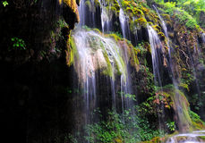 Cascades à écriture ligne par ligne dans la montagne Photo libre de droits