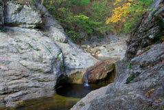 Cascades à écriture ligne par ligne dans les montagnes Photographie stock
