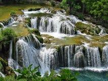 Cascades à écriture ligne par ligne de fleuve de Krka en stationnement national de Krka photos stock