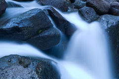cascades à écriture ligne par ligne de fleuve de montagne Image libre de droits