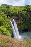 Cascades à écriture ligne par ligne de Kauai Photographie stock libre de droits