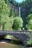 Cascades à écriture ligne par ligne de l'Orégon Photographie stock libre de droits