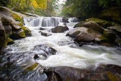 Cascades à écriture ligne par ligne de la géologie OR d'eaux de plus près de la source de fleuve de Chattooga photo stock
