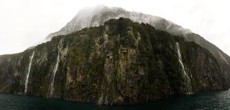 Cascades à écriture ligne par ligne de Milford Sound photo libre de droits