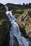 Cascades à écriture ligne par ligne de montagne photos stock