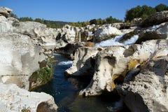 Cascades à écriture ligne par ligne de Sautadets sur le fleuve de Ceze Photo libre de droits