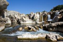 Cascades à écriture ligne par ligne de Sautadets sur le fleuve de Ceze Image stock