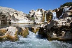 Cascades à écriture ligne par ligne de Sautadets sur le fleuve de Ceze Photographie stock libre de droits