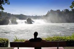 Cascades à écriture ligne par ligne du Rhin - point de vue Image libre de droits