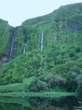 Cascades à écriture ligne par ligne en île de Flores (Açores) Photographie stock libre de droits