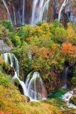 Cascades à écriture ligne par ligne en stationnement national de lacs Plitvice Photographie stock