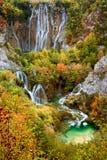Cascades à écriture ligne par ligne en stationnement national de lacs Plitvice Images libres de droits