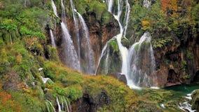 Cascades à écriture ligne par ligne en stationnement national de lacs Plitvice clips vidéos