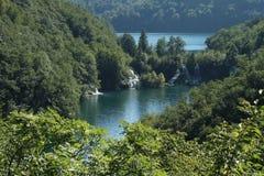 Cascades à écriture ligne par ligne en stationnement national de Plitvice Photos stock