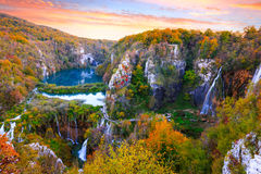 Cascades à écriture ligne par ligne en stationnement national de Plitvice photo stock