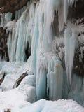 Cascades à écriture ligne par ligne figées Cascades de Chegem Russie Photos stock