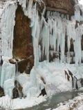 Cascades à écriture ligne par ligne figées Cascades de Chegem Russie Photo stock