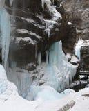 Cascades à écriture ligne par ligne figées Cascades de Chegem Russie Photographie stock
