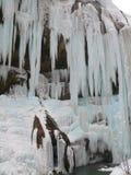 Cascades à écriture ligne par ligne figées Cascades de Chegem Russie Images stock