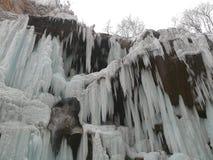 Cascades à écriture ligne par ligne figées Cascades de Chegem Russie Image stock