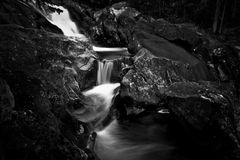 Cascades à écriture ligne par ligne froides de crique Photos libres de droits